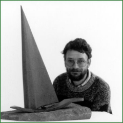 Alain Favrod derrière une de ses sculptures