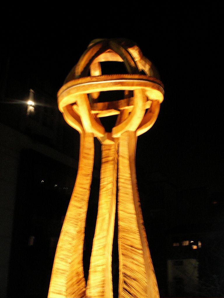 Une sculpture d'Alain Favrod, chêne, Ø 90 cm, hauteur 330 cm